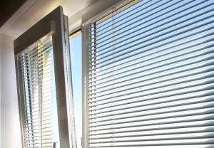 Как закрепить жалюзи на пластиковые окна