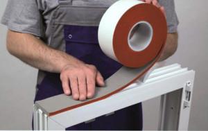 Установка внутренней пароизоляционной уплотнительной ленты