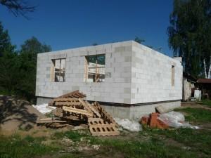 свежепостроенный домик из газобетона