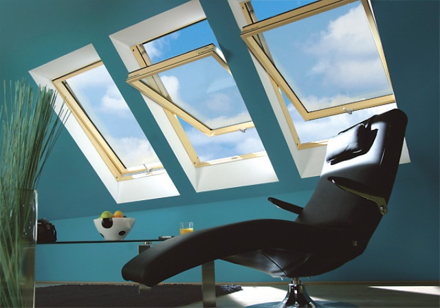 Мансардные окна Факро с помощью ручки и специальных задвижек могут фиксироваться в шести положениях