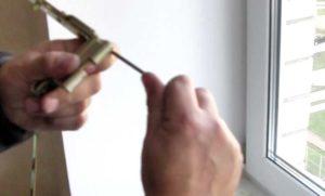 Как снять пластиковое окно с петель?