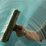 Советы хозяйке: как помыть окна на балконе снаружи на высоком этаже